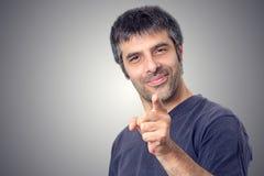 Szcz??liwy m??czyzna wskazuje z jego palcem zdjęcia royalty free
