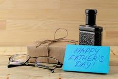 Szcz??liwy ojca ` s dzie? teksta i mężczyzn akcesoria krawat, pachnidło i szkła na naturalnym drewnianym tle, zdjęcie royalty free