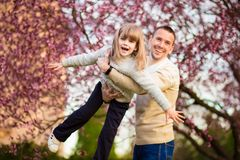 Szcz??liwy ojciec i dziecko wydaje czas outdoors Rodzinny poparcie obrazy stock