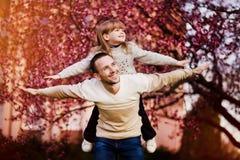 Szcz??liwy ojciec i dziecko wydaje czas outdoors Rodzinny poparcie fotografia stock