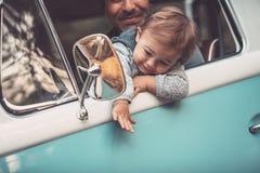 Szcz??liwy ojciec z synem jedzie samoch?d zdjęcie stock