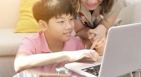 Szcz??liwy rodzinny ojca syna i matki dopatrywanie na laptopie obraz royalty free