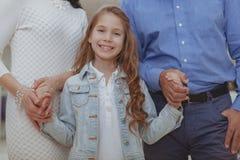 Szcz??liwy rodzinny zakupy przy centrum handlowym wp?lnie fotografia royalty free