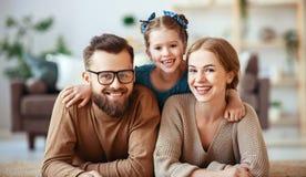 Szcz??liwy rodziny matki ojciec i dziecko c?rka ?mia si? w domu obrazy stock