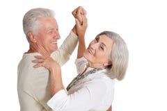 Szcz??liwy starszy para taniec Odizolowywaj?cy na bia?ym tle obraz stock