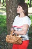 Szczęsliwy pieczarkowy zbieracz w lesie Obrazy Stock