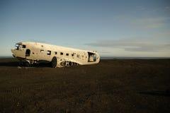 Szcz?tki rozbijaj?cy samolot w 1973 Douglas R4D Dakota DC-3 C 117 US Navy w Iceland przy Solheimasandur pla?? fotografia royalty free
