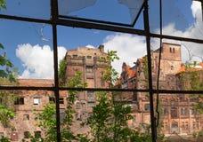 Szczecin Fábricas viejas en el río de Odra en la parte histórica de la ciudad imagen de archivo