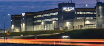 Szczecin, Polonia agosto de 2018: Centro de la logística del Amazonas cerca de Szcze foto de archivo libre de regalías