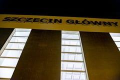Szczecin, Polonia - 8 de diciembre de 2016: La inscripción en el edificio central de la estación Fotografía de archivo