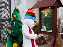 SZCZECIN, POLONIA - 6 DICEMBRE 2014: Pupazzo di neve divertente e verde Chr Fotografie Stock Libere da Diritti