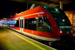 Szczecin, Polonia - 28 novembre 2016: Condizione rossa interurbana del treno ad alta velocità sul binario della stazione Fotografia Stock Libera da Diritti