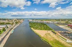 Szczecin - uma paisagem da cidade com o Rio Oder O Bulbul Chrobrego e Puck Island do ` s do pássaro eye a vista foto de stock royalty free