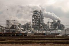 Szczecinek, zachodniopomorskie/Polen - M?rz, 21, 2019: Eine moderne Holzverarbeitungsanlage Rauchende Schlote in einer Fabrik her stockfotos