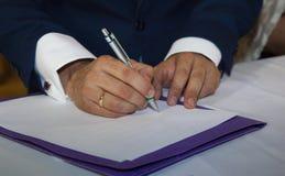 Szczegół groom's ręki zdjęcie royalty free