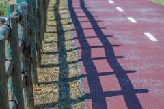 Szczegółowy widoku os cyklu eco ścieżka i pieszy, bariera drewniani bagażniki zdjęcie stock