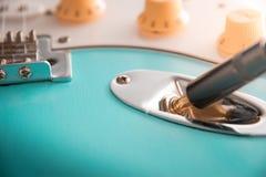 Szczegóły i związek dźwigarka gitary i drucianego kabla Brzmienie i tomowe kontrole Zamyka w górę błękitnej gitary zdjęcie stock
