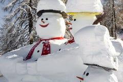 Szczególnie piękni snowmens w narciarstwo regionie obrazy stock