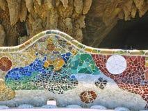 Szczegół ławka cięcie barwił ceramics w Parc Guel Barcelona w Hiszpania zdjęcia royalty free