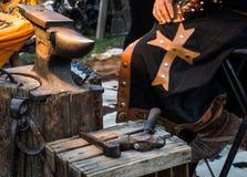 Szczegół średniowieczna blacksmith odzież, narzędzia w tradycyjnym corocznym Średniowiecznym Targowym świętowaniu w Puebla De San obraz stock