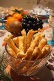 Szczegół świąteczny stół z solonymi ciastami w krystalicznym pucharze, zdjęcia stock