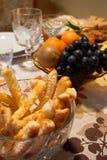 Szczegół świąteczny stół z solonymi ciastami w krystalicznym pucharze, obrazy royalty free