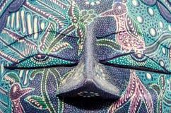 Szczegół żywa barwiona afrykanin maska, Halloween maska, zakończenie up odizolowywający Obrazy Stock