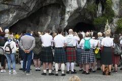 Szczegół asystenci święta masa w Lourdes Francja fotografia stock