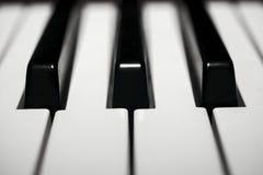Szczegół błyszczeć zakurzoną elektryczną fortepianową klawiaturę Fotografia Stock