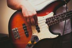 Szczegół bawić się basowego instrument mężczyzna Obrazy Royalty Free
