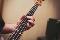 Szczegół bawić się basowego instrument mężczyzna Zdjęcia Stock