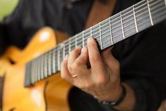 Szczegół bawić się siedem smyczkową gitarę gitarzysta zdjęcia royalty free
