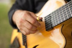 Szczegół bawić się siedem smyczkową gitarę gitarzysta obrazy royalty free