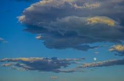 Szczegół bllue szarość i niebo chmurnieje z blask księżyca na dzień zdjęcie royalty free