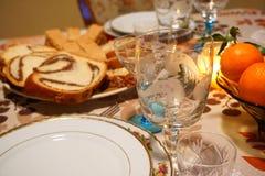 Szczegół Bożenarodzeniowego, Nowego ` s roku świąteczny stół przy świeczki światłem/ obrazy stock