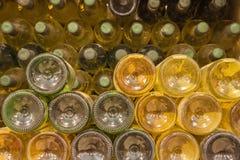 Szczegół butelki od wnętrza callar wielki Słowacki producent wino. Obrazy Stock