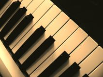 Szczegół czarny i biały klucze na muzycznej klawiaturze fotografia stock
