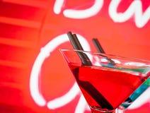 Szczegół czerwony koktajl z neonowym tłem z przestrzenią dla teksta Zdjęcia Stock