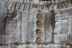 Szczegół dekorujący z koronką, guzikami i krezkami staromodna szata, Zdjęcia Royalty Free