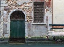 Szczegół drzwi nad kanałem, Wenecja, Włochy Zdjęcia Stock