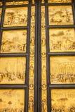 Szczegół drzwi raj w Battisteroi fotografia stock
