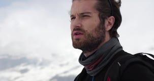 Szczegół dyszy, odpoczynkowy mężczyzna twarz, i patrzeje daleko od Mountaineering narty aktywność Narciarki zimy sporta w wysokog zdjęcie wideo