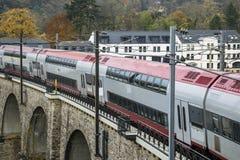 Szczegół elektryczna linia kolejowa w Luksemburg mieście z poręczami, kontakt liniami i wiadukt strukturami, zdjęcia stock
