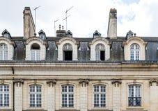 Szczegół fasada i mansarda stary mieszkaniowy w Rennes zdjęcie royalty free