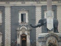 Szczegół fontanna słoń Catania z statuą słoń czoło Barokowy budynek Sycylia włochy obrazy royalty free