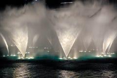 Szczegół fontanny opryskiwania woda przy nocą Zdjęcia Stock