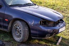 Szczegół frontowa norma stary błękitny samochód od 1990s bez headlamps obrazy stock