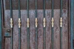 Szczegół kędziorek i antyczna drzwiowa dekoracja zdjęcia stock