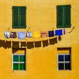 Szczegół kolorowe koloru żółtego domu ściany, okno i odziewa fotografia royalty free