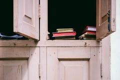 Szczegół kolorowe książki w rocznika okno Zdjęcia Stock